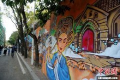 """""""烟台闽韵""""为主题的涂鸦壁画成为文化街区的一道新风景"""